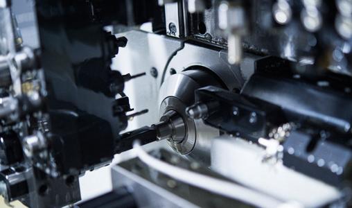 まずは試作の製作から。    マイクロメーター・投影機・画像寸法測定器等の各種測定器で図面指定の寸法になるよう細心の注意を払いながら調整します。
